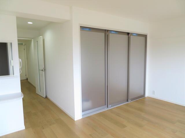 扉をあけてリビングと続きで使える洋室があります。