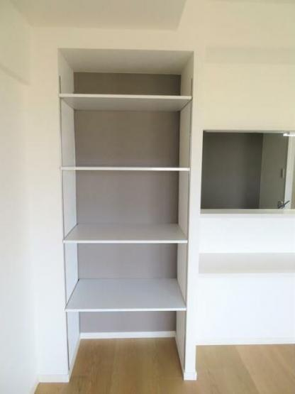 カウンター横には可動式収納棚があります。