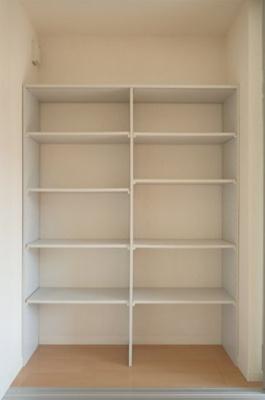 洋室8.1帖のお部屋にある収納スペースです!かさ張るお掃除用品などもすっきり収納できて便利!