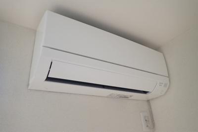 新品のエアコンに交換済!暑い夏や寒い冬に大活躍のエアコン付きです☆冷暖房完備で1年中快適に過ごせます♪