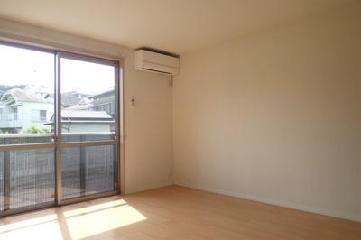 バルコニーに繋がる南西向き洋室8.1帖の陽当たりの良いお部屋です!エアコン付きで1年中快適に過ごせますね☆