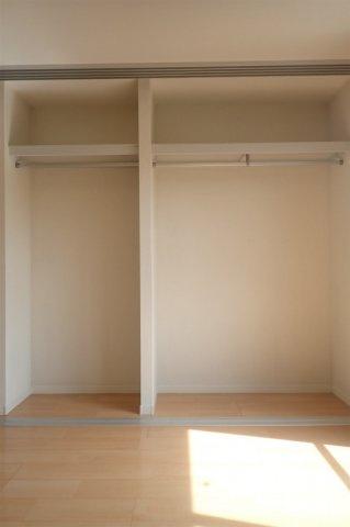 洋室8.1帖のお部屋にあるクローゼットです♪お洋服もしわにならず、キレイに収納できます☆2ヶ所あるのが便利ですよね!