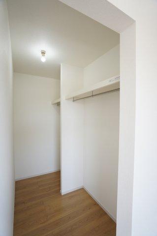【同仕様施工例】棚もありますのでバックや小物の収納もできます。