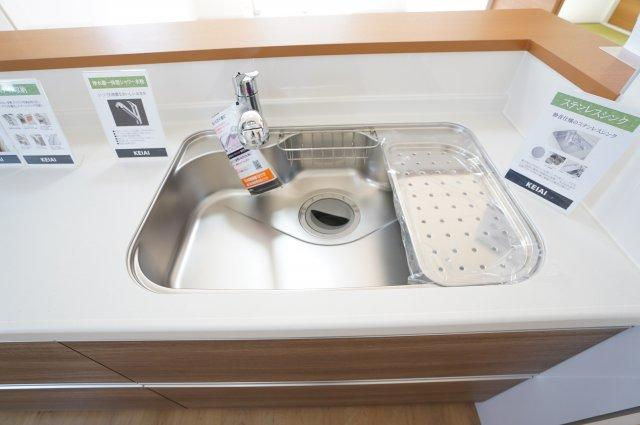 広いシンクで洗い物もたくさんできます。水切りプレートもついて便利です。