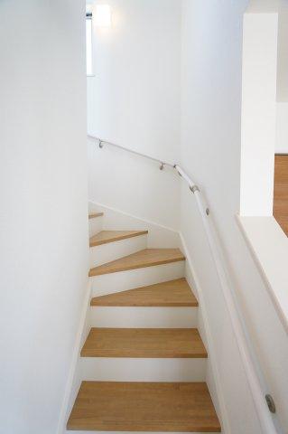 手すり付階段です。窓もあるので明るいです。
