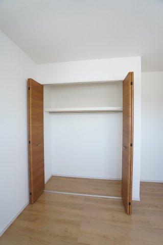 【同仕様施工例】各部屋クローゼットあります。お洋服を掛けて下の空いたスペースを利用してバックや小物を置いて有効活用できます。