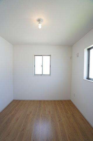 2階5.2帖 窓が2面ありますので、気持ちのよい風が入ってきそうなお部屋です。換気も十分にできます。