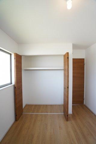 2階5.2帖 各部屋クローゼットあります。お洋服を掛けて下の空いたスペースを利用してバックや小物を置いて有効活用できます。