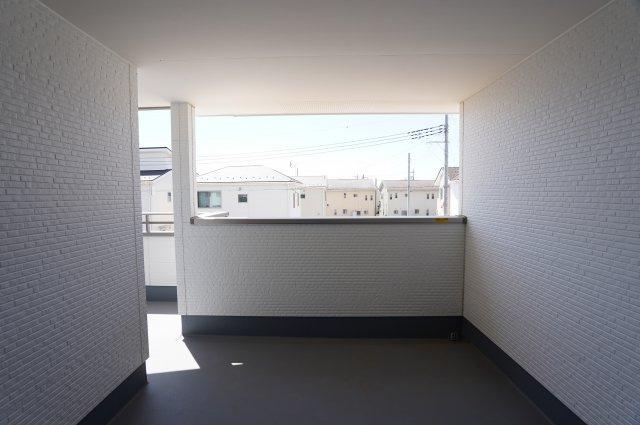 バルコニーは2階ホールから直接出入りできるので、洗濯物を干したり取り込むのに時短できて便利です。