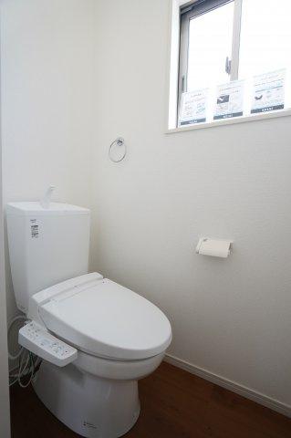 1階トイレ 温水洗浄便座付です。