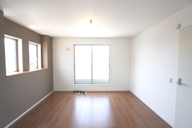 2階8帖 バルコニーがあるお部屋です。大きな窓から明るい光が差し込み明るいです。