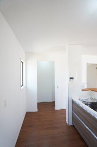キッチン横収納です。普段使わないキッチン家電から食料品のストックまでまとめて収納できます。