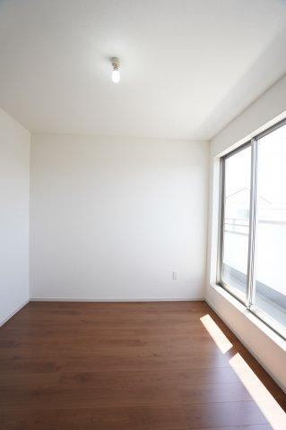 2階5.2帖 窓から差しこむ陽射しと通風がいいので気持ちよく過ごせそうですね。