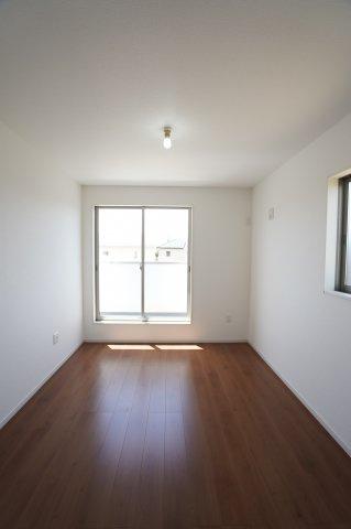 2階6帖 一日を通して陽当たりがよいため、部屋が明るいです。