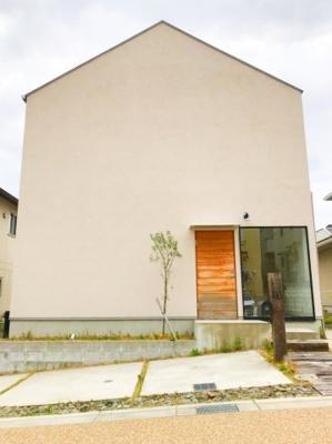ザ★家という外観です♪玄関ドアは生木が使われていますよ♪