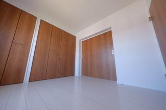 ≪4.8帖洋室≫リビングから出入り出来るお部屋です。
