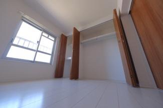 ≪4.8帖洋室≫大型クローゼットが付いています。内部は、クロス・フローリング仕上にハンガーパイプと上棚が設置されています。押入的な使用が出来る中段もあります。