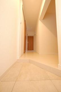 ≪玄関ホール≫白を基調にした明るく清潔感のある玄関です。