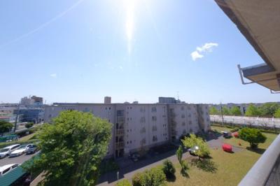 ≪バルコニーからの眺望≫最上階ならではの開放感のある眺めを楽しめます。