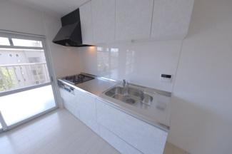 ≪キッチン≫清潔感がありインテリアに馴染むデザインのシステムキッチン