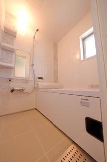 ≪浴室≫自動給湯・追焚機能付きのユニットバス。採光や換気に嬉しい窓付です。
