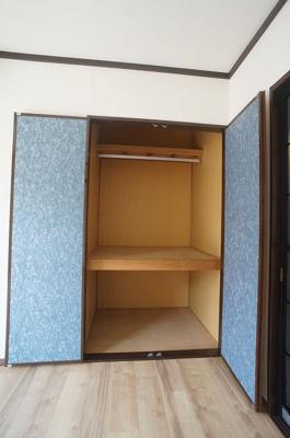 洋室6.1帖のお部屋にある収納スペースです!奥行きのある収納スペースで荷物の多い方も安心!クローゼットバーも新設しました!