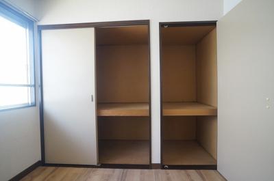 洋室3.8帖のお部屋には収納スペースが2ヶ所あります!扇風機、お雛様やクリスマスツリーなどの季節物もすっきり片付きますよ♪!