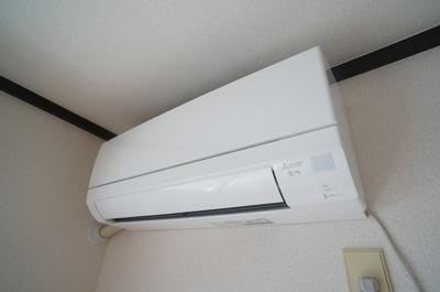 洋室6.1帖のお部屋には暑い夏や寒い冬に大活躍のエアコン新設しました☆冷暖房完備で1年中快適に過ごせます♪