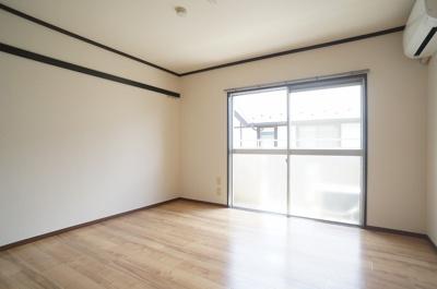 バルコニーに繋がる南向き6.1帖の陽当たりの良いお部屋です!和室から洋室へリフォーム♪エアコンも新設しました☆