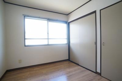 玄関側にある洋室3.8帖のお部屋です♪子供部屋や書斎としておすすめです!勉強も捗りそう!