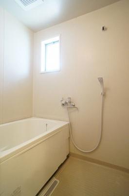清潔感のある浴室です♪ゆったりお風呂に浸かって一日の疲れもすっきりリフレッシュできますね☆小窓があるので湿気がこもりにくくて良いですね!