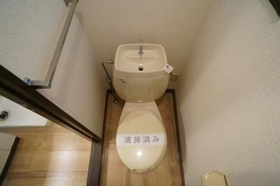 人気のバストイレ別です♪窓のあるトイレで換気もOK☆嫌なニオイがこもりません♪