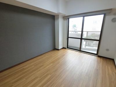 5.6帖の洋室です。 引戸を開けてリビングとしても◎
