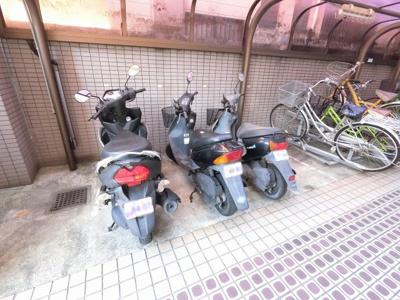 敷地内バイク置場です。