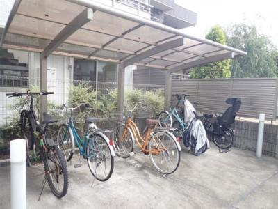 屋根付きの駐輪場があるので雨が降っても安心です☆荷物が重いときに自転車があれば助かりますね!