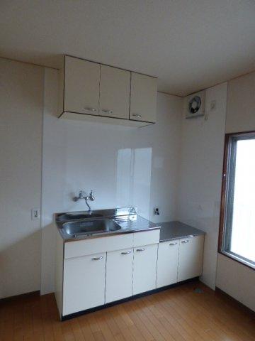 お料理の作業スペースも確保できるキッチン。上下に収納もあります。