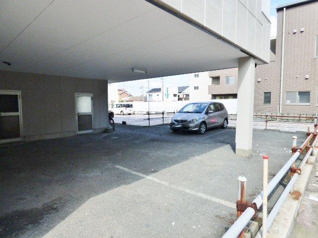 建物下が駐車場になっています。屋根付きで嬉しい♪