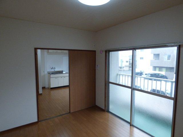 ほかの部屋とは引き戸で繋がるため、家具の配置がしやすいですね!