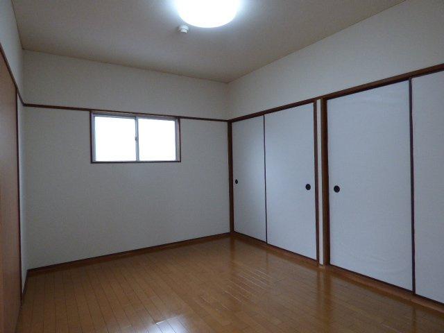 大きな収納が付いた6帖の洋室。