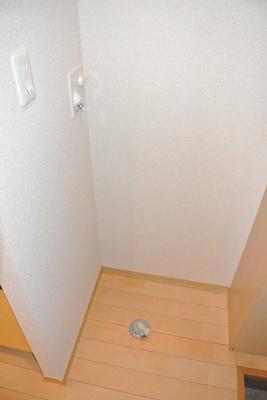キッチン横にある室内洗濯機置き場です♪室内に置けるので洗濯機が傷みにくい☆