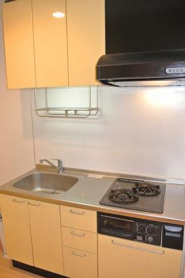 2口ガスコンロ/グリル付きシステムキッチンです☆場所を取るお鍋やお皿もたっぷり収納できてお料理がはかどります!床下収納も完備しています◎