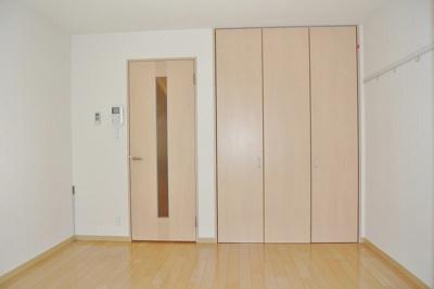 クローゼットのある南東向き洋室7.1帖のお部屋です!壁にはピクチャーレールがあり、絵や写真が飾れます☆ハンガー掛けとしても便利!