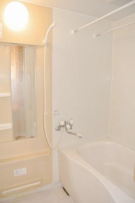 浴室暖房乾燥機&物干しバー付きバスルーム!外に干せないお洗濯物もすっきり乾きます♪ゆったりバスタイムでリラックス☆