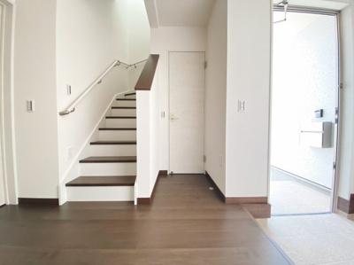 小窓からの採光もあって暗くなりにくい階段は手すり付きで安全にも考慮されています