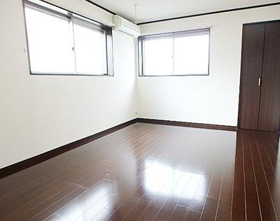 7.7帖のきれいな洋室。