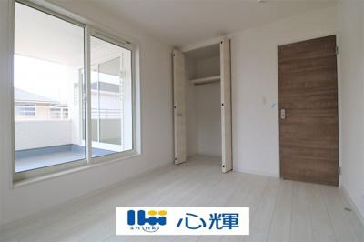 明るさを基調とした部屋は部屋をより広く見せてくれます。収納スペースはスッキリ片付きそうです。