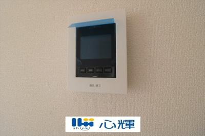 呼び出しボタンを押した時点でモニターに来訪者の映像が映し出され、会話を交わす前に来訪者を確認。