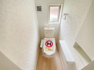 【同仕様写真】1、2階共に高機能トイレ採用しています 窓も完備なトイレ空間はいつも快適です