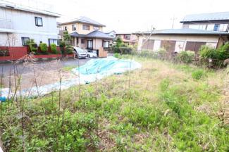 富里市久能 土地 成田駅 前面道路の建物と敷地の高さが違うため、目線が合うこともございません!