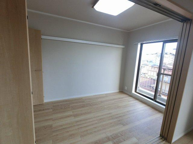 6.0帖の洋室です。 洋室の引戸を開けると開放的なリビングに♪